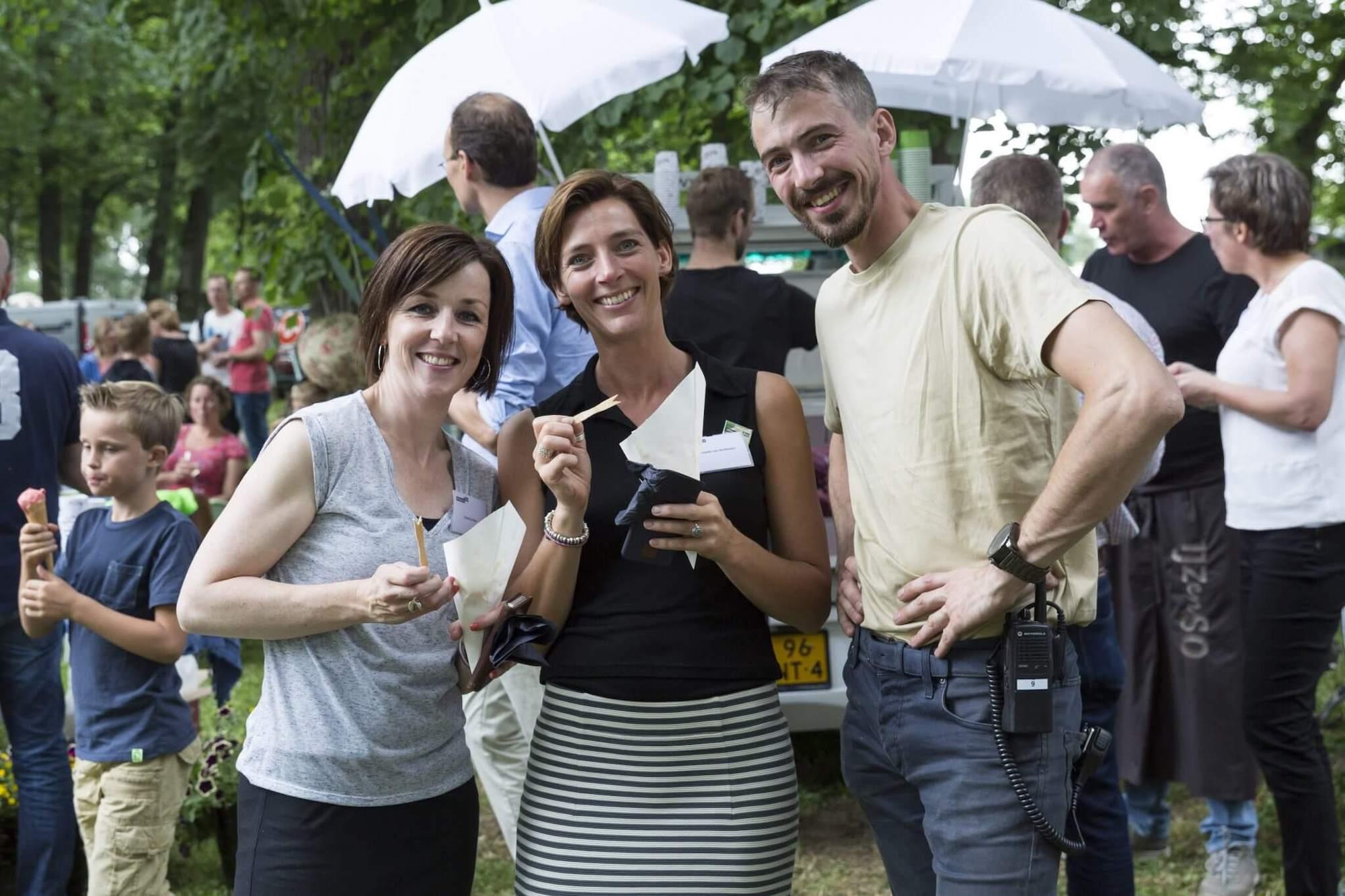 Gasten ontvangen op een festivalterras 5